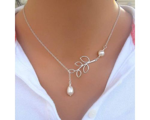 A branch necklace with pearl pendant